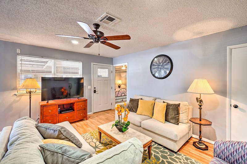 NEW! Charming Moore Retreat w/ Patio ~8Mi to OKC, holiday rental in Del City