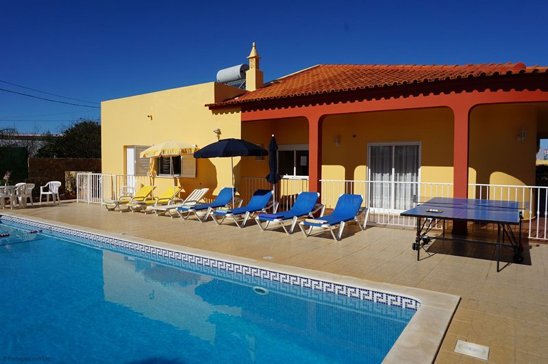 Albufeira, Vale Paraiso 4 Bedrooms, 4 Bathrooms Villa. Fenced & Gated Large Pool, holiday rental in Ferreiras