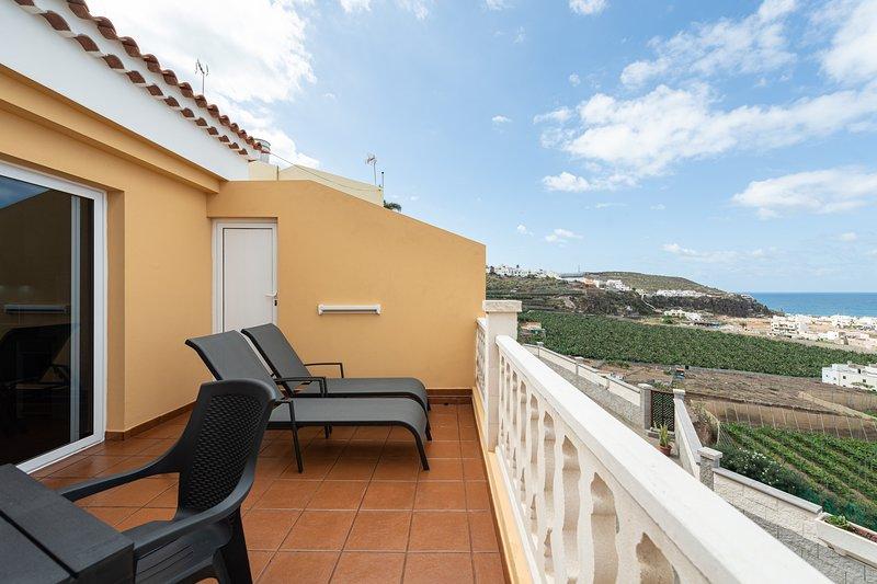 Costa Verde House Sea & Mountain Views w/ Parking, holiday rental in Banaderos