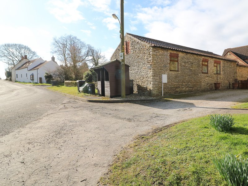 THE BARN, open plan, sun room, exposed beams, near Gainsborough, holiday rental in Glentham