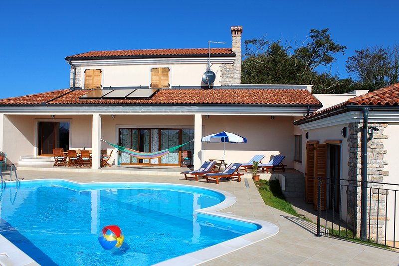 Big villa with swimming-pool & Wifi, holiday rental in Foli