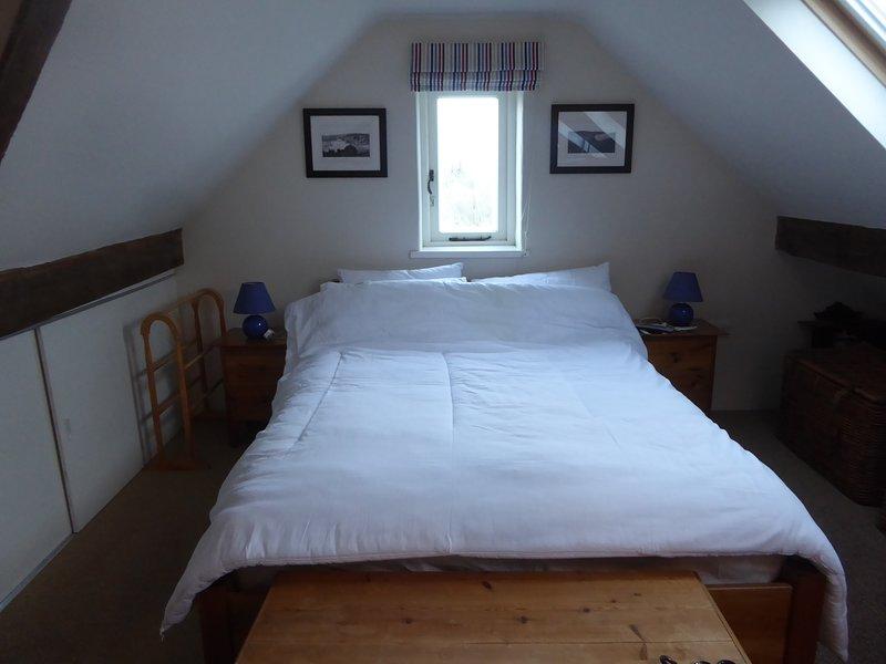 Dachgeschoss Doppelzimmer mit Waschbecken.