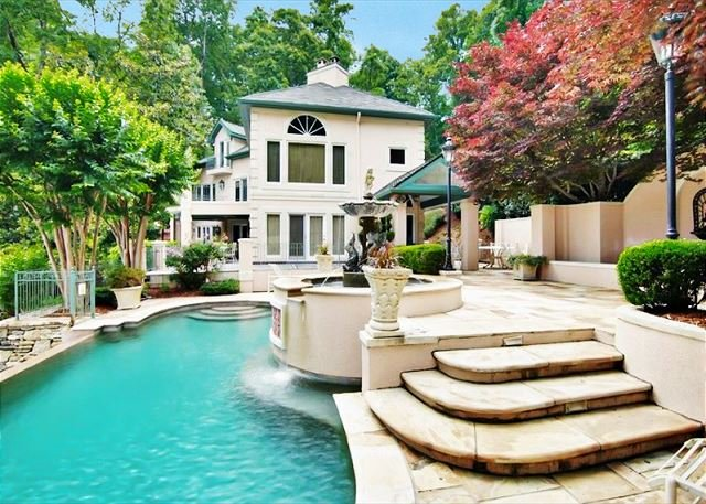 Villa Rosa: All-Suite Lakefront Chateau w/ Private Infinity Pool & Beach, alquiler de vacaciones en Lake Lure