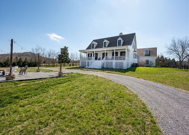 Updated Cape Cod Home on 10 Acres, Near Pilgrimage Music & Cultural Festival, vacation rental in Spring Hill