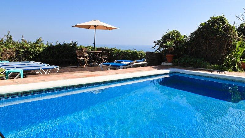 Private pool, Coastal & Sea Views, Decked Garden. Parking, BBQ, WIFI, Air Con., holiday rental in Manilva