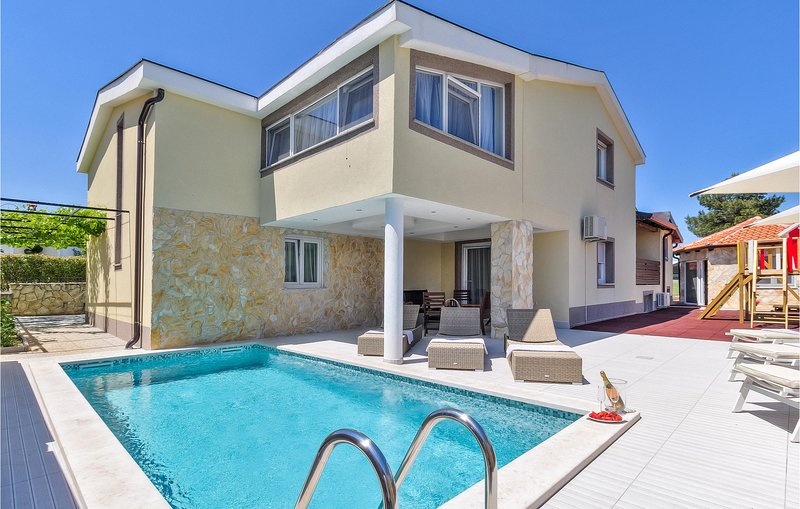 Amazing home in Kastel with Outdoor swimming pool, WiFi and 4 Bedrooms (CIC041), location de vacances à Momjan