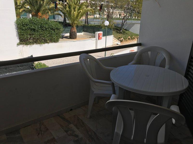 Petit balcon avec table et chaises