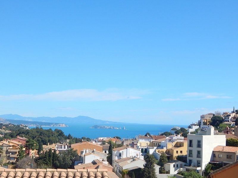 8102 Begur, Casa semi-adosada en el centro del pueblo con fantásticas vistas, holiday rental in Regencos