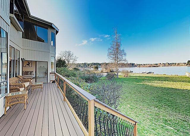 New Listing! Gorgeous Lakefront Home w/ 2 Living Areas, Dock & Pedal Boat, alquiler de vacaciones en Lynnwood