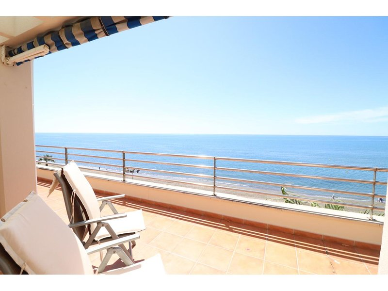 Fantastic penthouse directly at the beach with big terrace andmarvelous sea view, vakantiewoning in Rincon de la Victoria