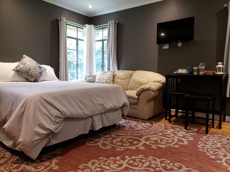 Queen bed Private Secure Near Medical Center/Sea World area Pets welcomed, holiday rental in Balcones Heights