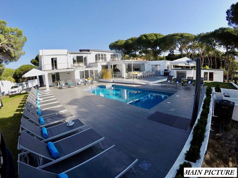 Villa Siempre Domingo op 200 m van de zee met 2400m2 tuin, casa vacanza a Elviria