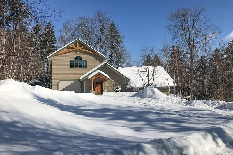 Secluded craftsman w/ jetted tub, fireplace, deck & grill!, holiday rental in Fayston