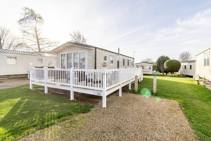 Lovely 8 berth caravan in Scratby, Norfolk ref 19015SD, holiday rental in Ormesby St. Margaret