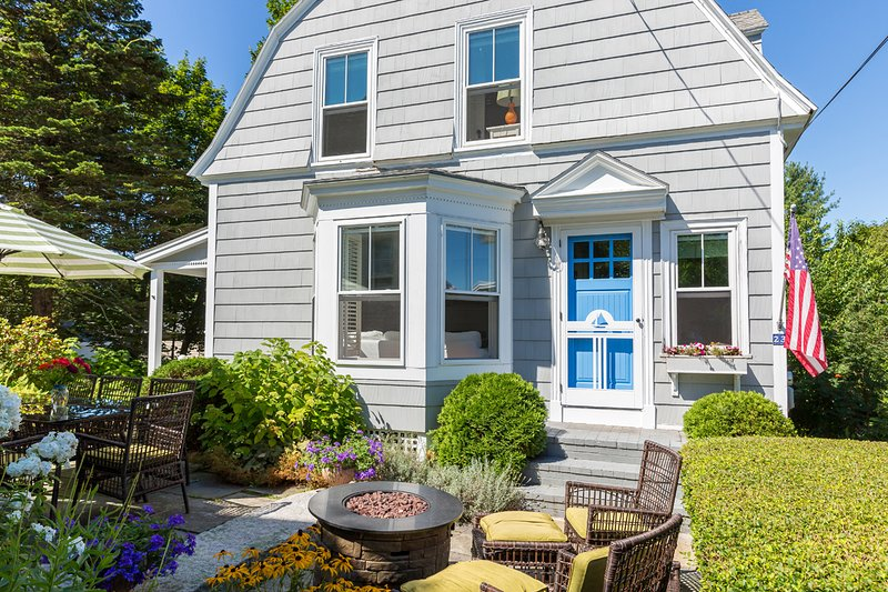 WILLARD BEACH with OCEAN VIEWS ~ 100 yds to beach!, holiday rental in Peaks Island