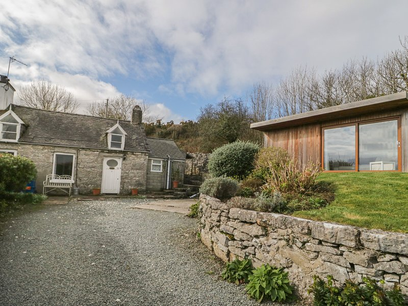 BRON HEULOG COTTAGE, superb views, separate sun room, open fire, in Llangoed, location de vacances à Penmon