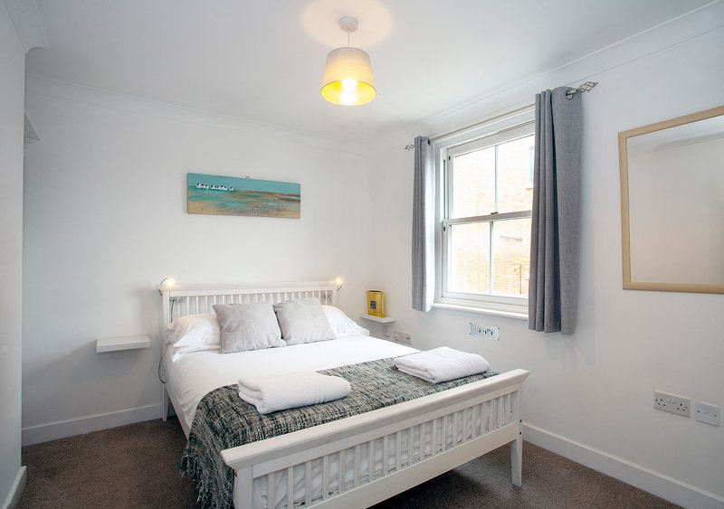 The Spires - Cosy apartment close to Canterbury West Station, vacation rental in Canterbury