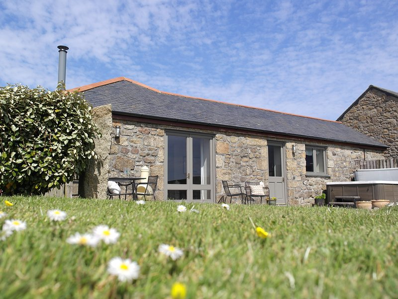 Idyllic Contemporary Cottage with Private Hot Tub, Beersheba Farm, Near to Beach, vacation rental in St Ives