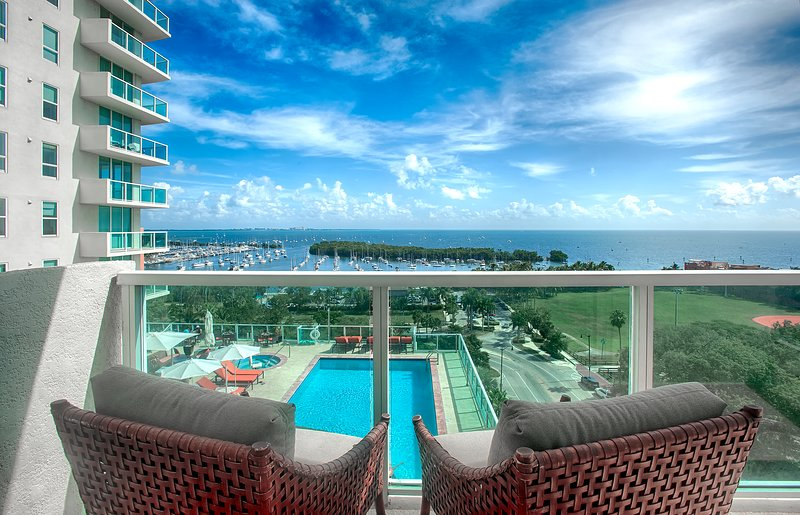 Exquisite 2BD/2BA + Bay/Pool Views, holiday rental in Coral Gables