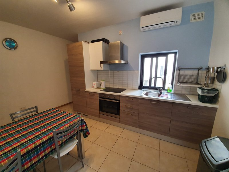 2 Bedroom close to Seafront Fully A/C & Free WIFI, location de vacances à Bugibba