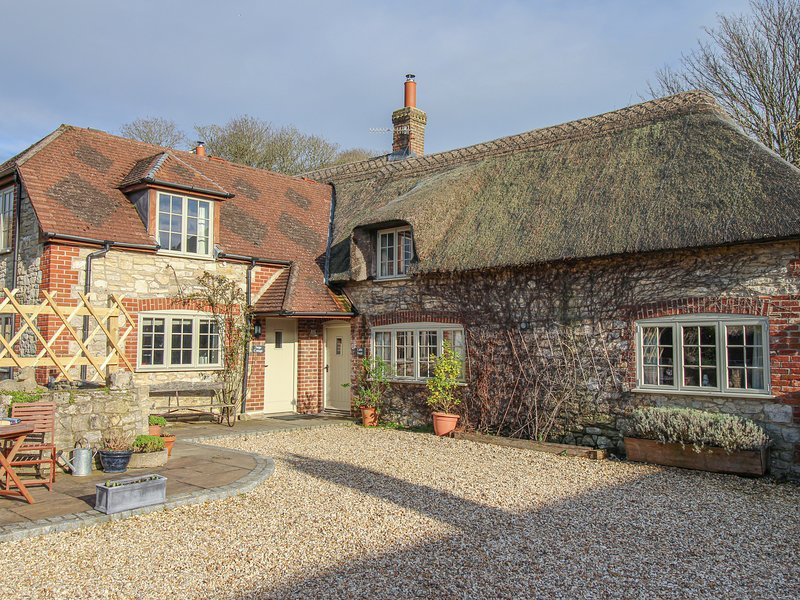 LITTLE FORGE, Thatched Cottage, Sleeps 5, village location, parking, West, holiday rental in Chaldon Herring