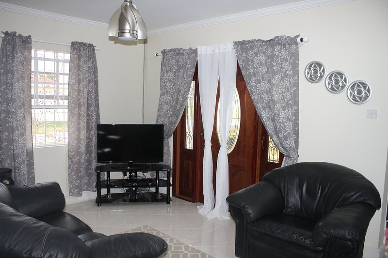 SunSpot -7 mins from airport✈ Complete Privacy Quiet Neighborhood, holiday rental in Oistins