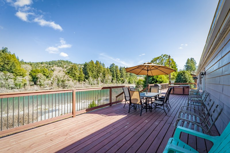 Riverfront getaway w/ a private hot tub & outdoor fire pit!, casa vacanza a Fort Dick