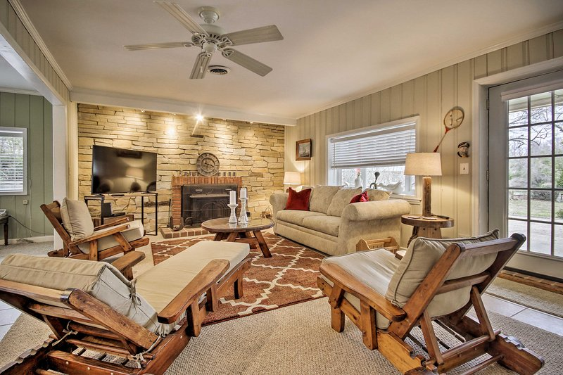Waterfront Annapolis Home: Fire Pit & Fishing Pier, location de vacances à Chester