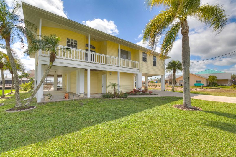 NEW! Waterfront Coastal Home w/Private Pool & Dock, vacation rental in Aripeka