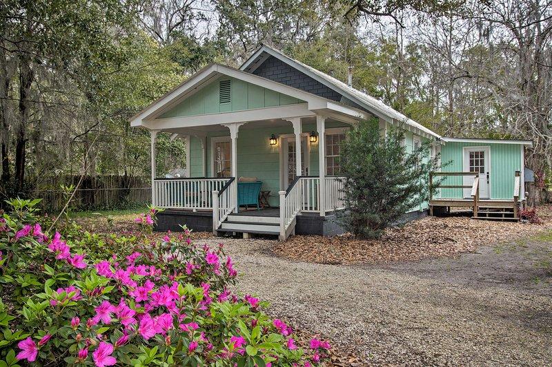 Savannah Cottage - 5 Mi to Wormsloe Historic Site!, holiday rental in Georgetown