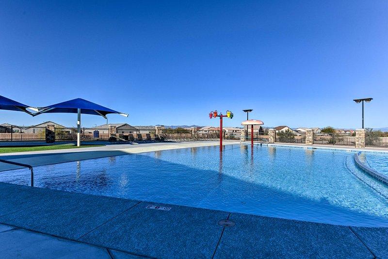 Perfeccione su bronceado de verano (o invierno) junto a la piscina del complejo.