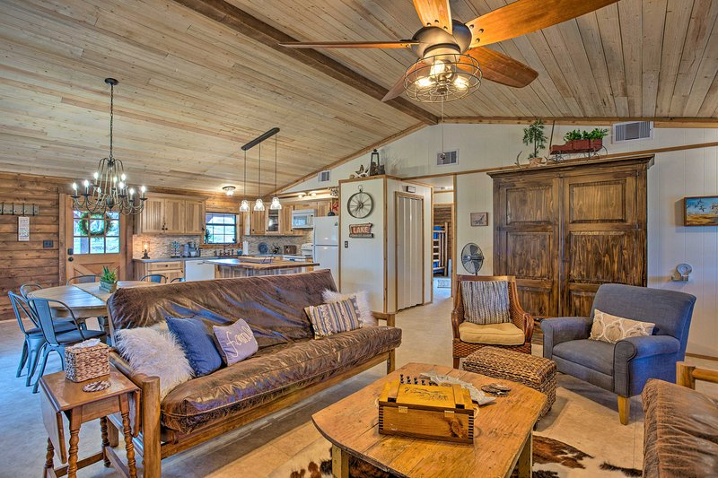 Chic Lakefront Cabin w/ Dock & Bluff Creek Views!, holiday rental in South Bend