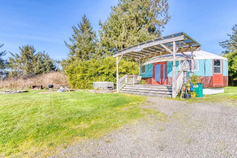 Cozy, oceanfront, dog-friendly yurt with private hot tub, holiday rental in Bay City