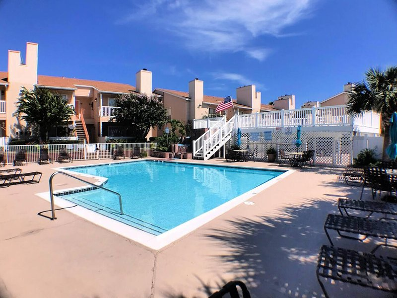 Poolside in The Palms at Cove View Near Seawall! Condo 103, holiday rental in Bayou Vista