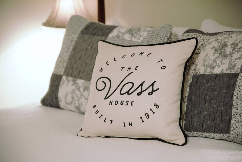 Vass House Lovely Vacation Rental, Wrap Around Porch, Patio for your enjoyment!!, alquiler vacacional en Austinville
