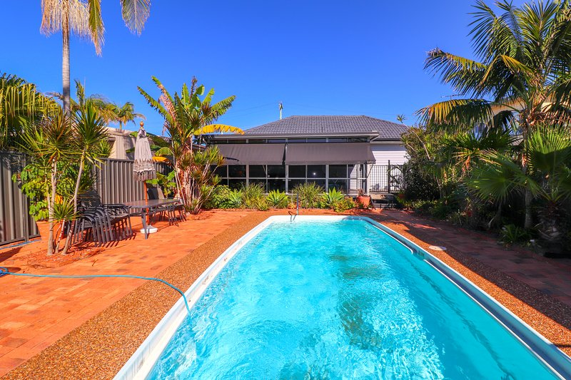 Blacksmiths Sea Breeze - inground pool, beach and wifi, vacation rental in Lake Macquarie