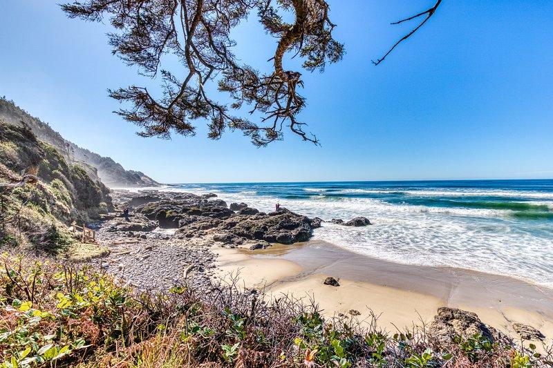 Dog-friendly, waterfront cottage w/Pacific views & cozy features!, location de vacances à Waldport