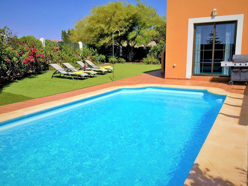Villa with private heated pool on golf resort and nearby beach & private garden, location de vacances à Pozo Negro