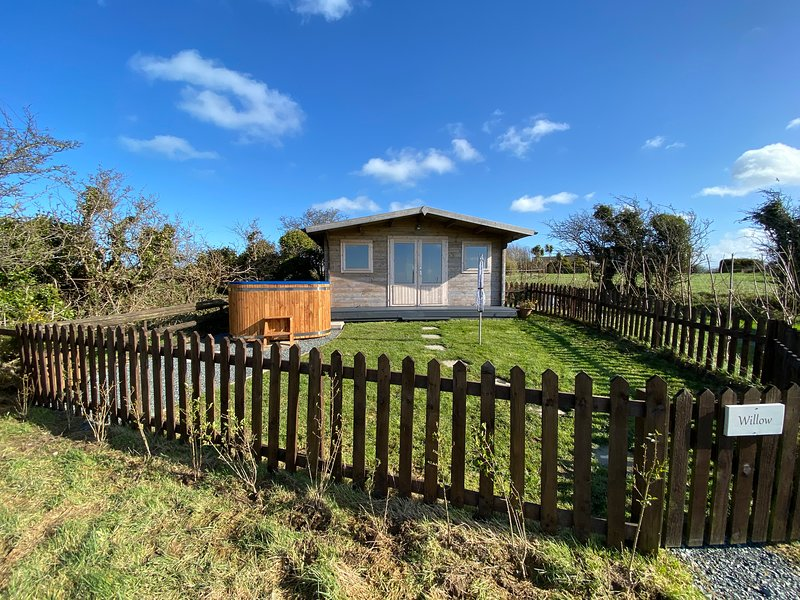Willow: Luxury En-suite Glamping Hut with private Eco HOT TUB and Dog Friendly, alquiler vacacional en Amlwch