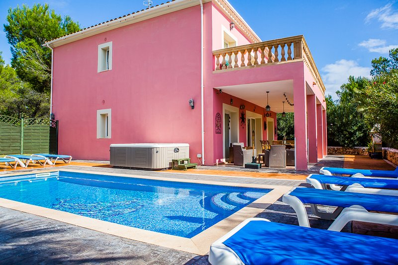 Family Villa With Private Pool, Hot Tub & WiFi Just 200m From The Beach, holiday rental in Calas de Majorca