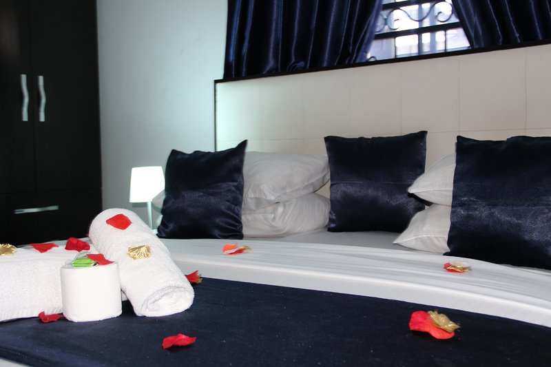 VINCHEE SUITES - #2 Deluxe Queen Room, holiday rental in Lagos State