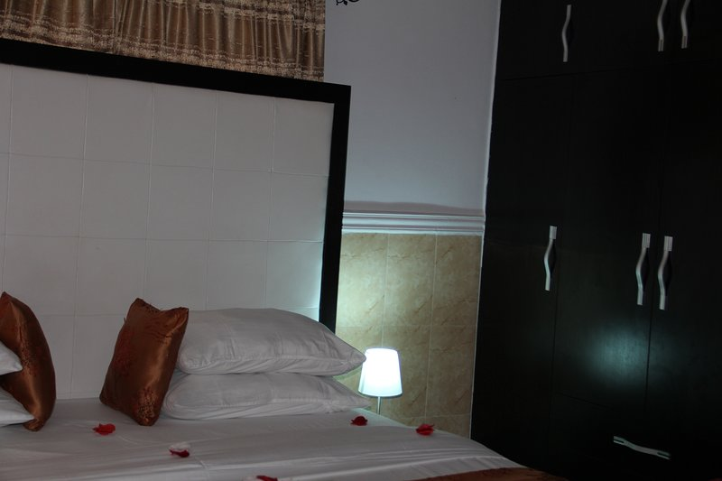 VINCHEE SUITES - #2 Deluxe king room, holiday rental in Lagos State