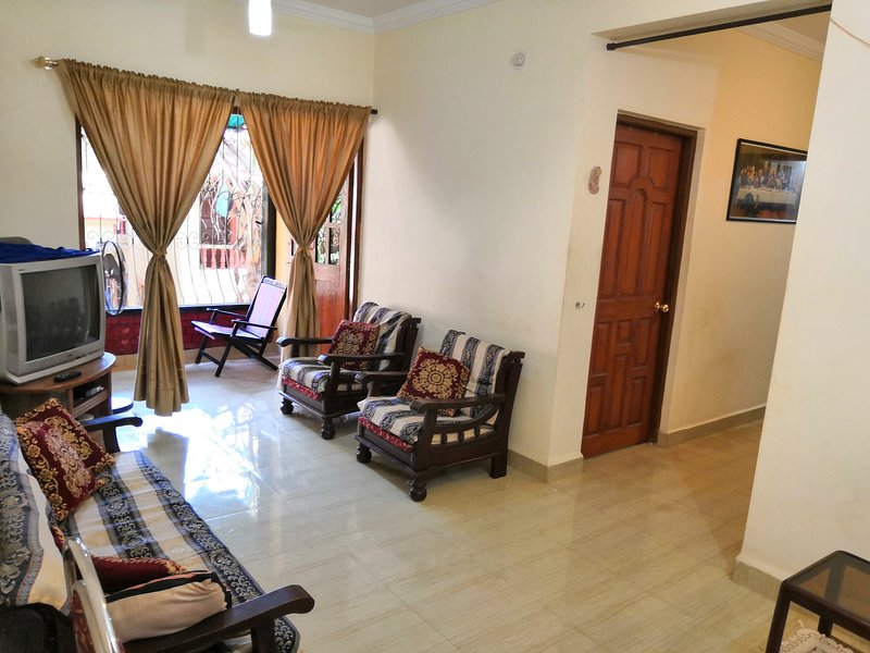 Cosy apartment in Goa, located along Calangute Mapusa road, near Candolim, Baga., holiday rental in Parra