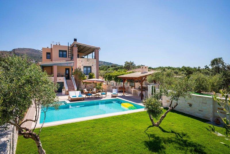 Lux villa★Private pool★Chania city★Big garden & BBQ, holiday rental in Perivolia
