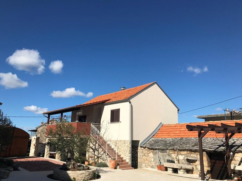 Pula Holiday Home Sleeps 6 with Pool and Air Con - 5834146, holiday rental in Primosten Burnji