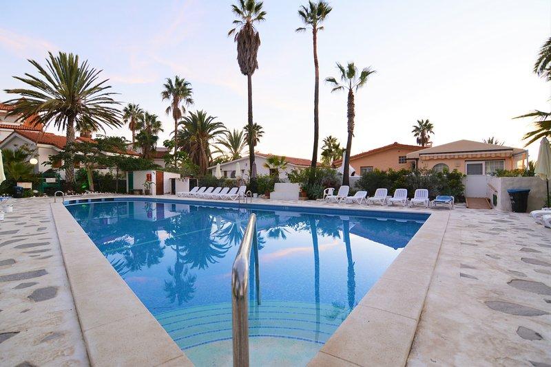 Gran Apartamento en planta baja, muy independiente,con piscina comunitaria, wifi, location de vacances à Buzanada