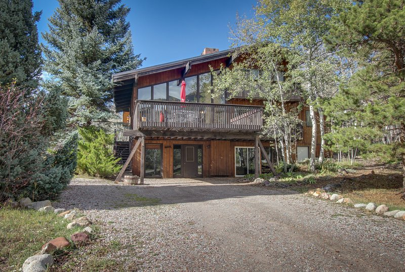 Spacious yet cozy mountain lodge-style home w/ nearby ski access, vacation rental in Aspen