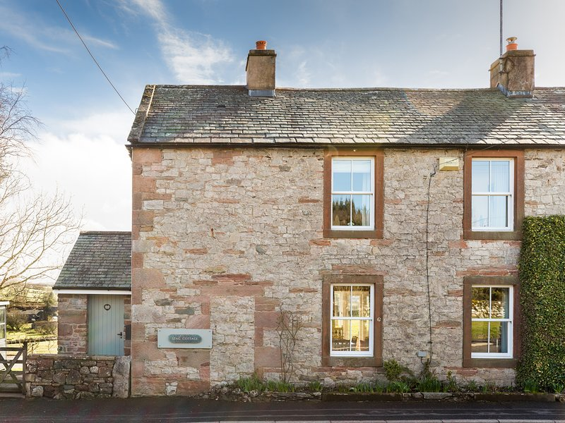 STAG COTTAGE, sandstone fronted, woodburning stove, off road parking, garden, holiday rental in Greystoke