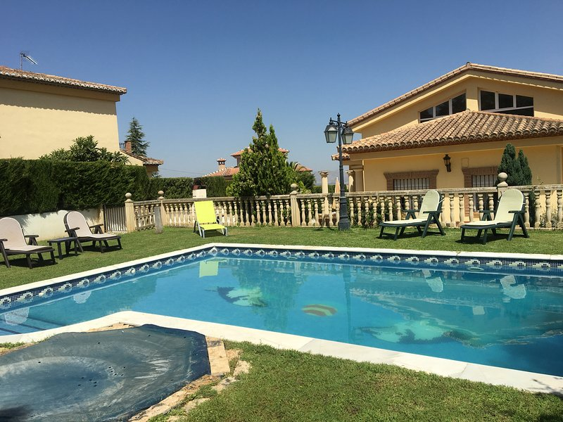 Spacious villa with swimming-pool, alquiler vacacional en Gójar