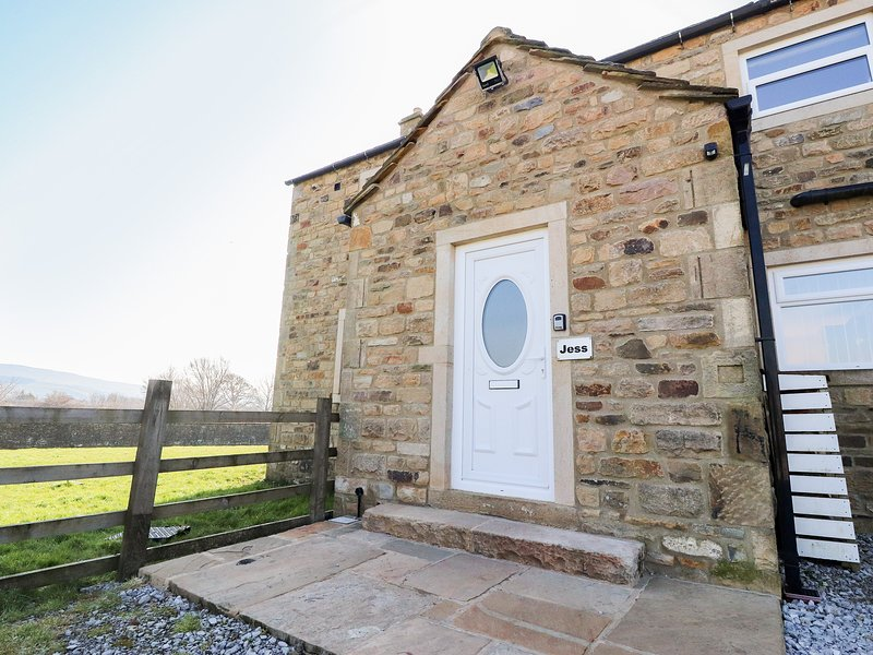 JESS COTTAGE, stone-built, open fire, countryside views, next to canal, near, vakantiewoning in Embsay